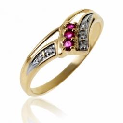 Bague en or jaune rhodié, rubis et diamants