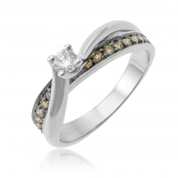 Bague en or gris, diamant et diamants bruns